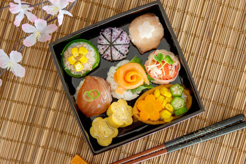 Create sushi lunch box and Enjoy cherry blossoms