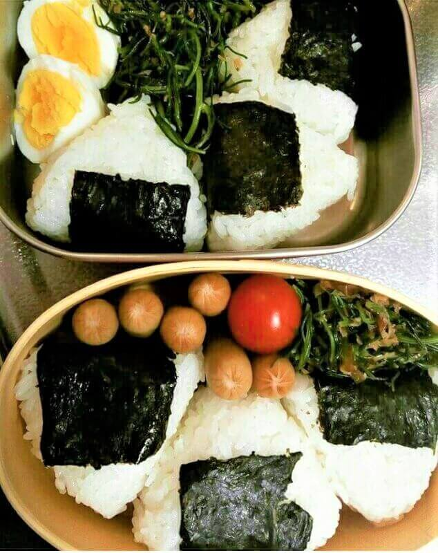Onigiri (rice ball), shape rice into a triangle