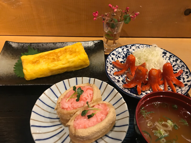 Let's enjoy cooking together! Japanese soul food. Mom 's taste. Sweet fried egg, red octopus wiener, pink inari sushi. Narita, Chiba
