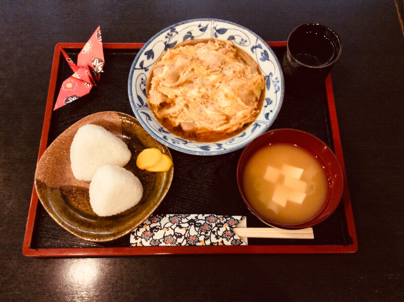 Let's make oyakoni in a soba restaurant kitchen with a large kitchen.