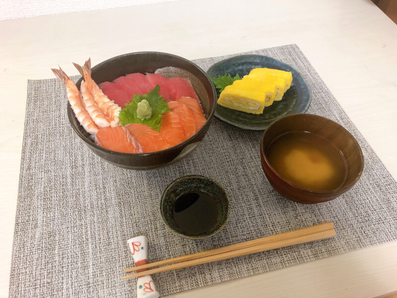 Let's make your own seafood bowl, rolled eggs and miso soup!