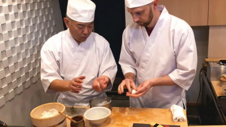 翻訳アプリを駆使して外国人観光客を「おもてなし」!?「airKitchen」を利用し、お店の空き時間にお寿司作り体験を開催する寿司職人を突撃取材!